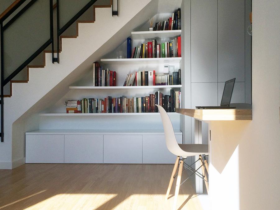 Librerias con escalera librera de madera con escalera for Biblioteca debajo de la escalera